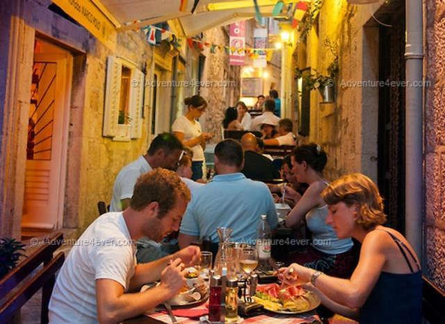 urocza uliczka Korčuli - restauracja Marco Polo